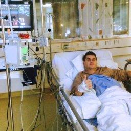 Jarmo makaa sairaalan vuoteella